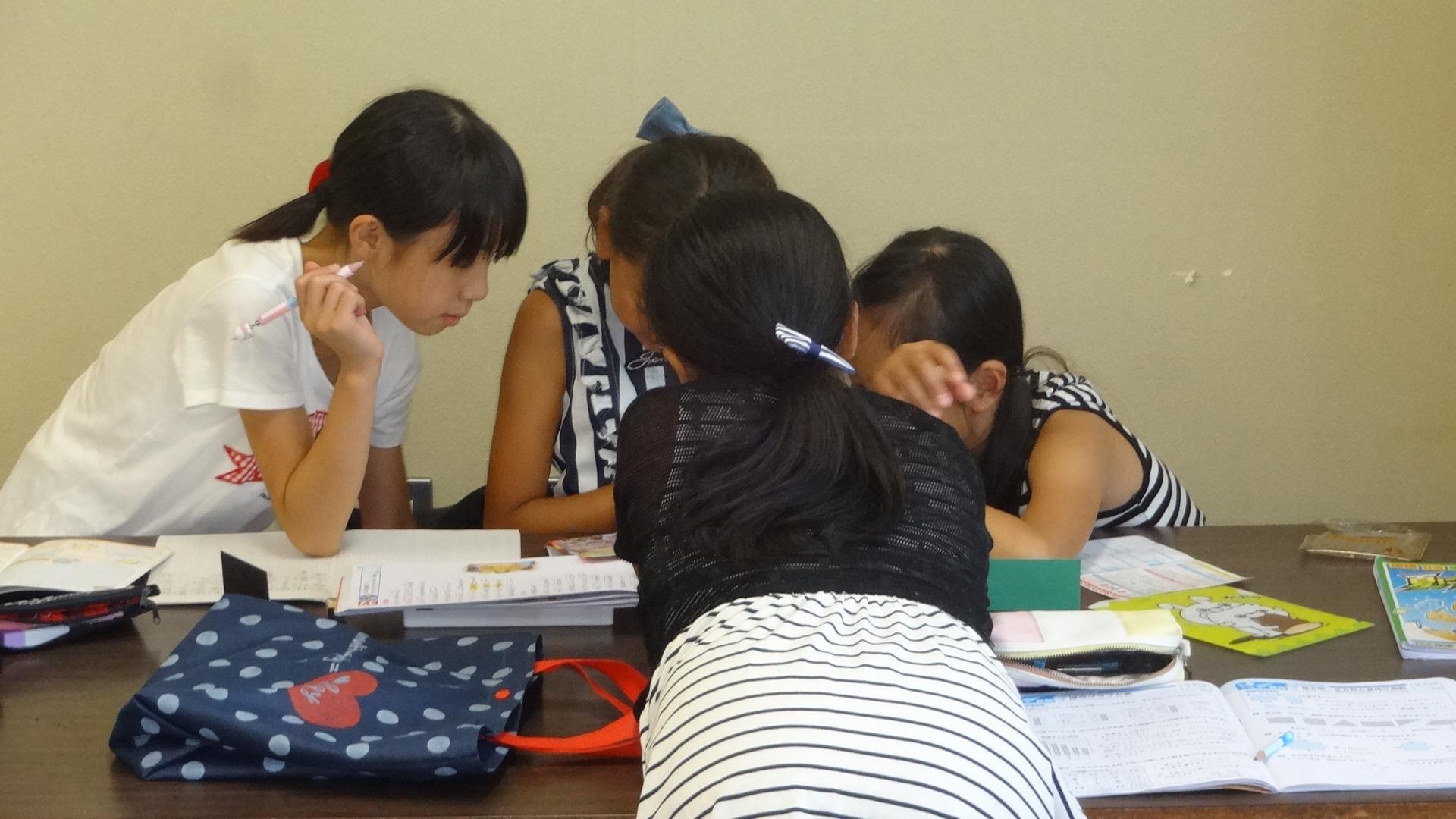 勉強を教えあう子ども.JPG