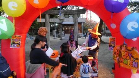 老松神社でお菓子を配るにぎ協.JPG