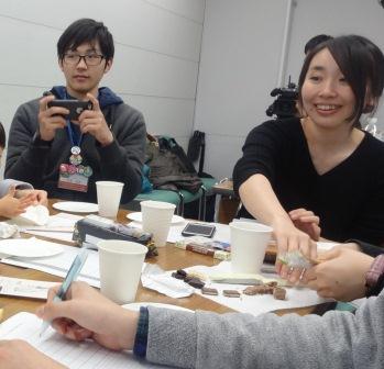 試食しながら学ぶ参加者.JPG
